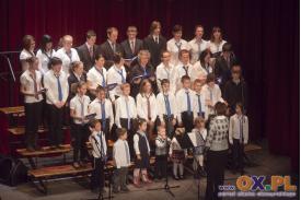 Dzieci śpiewają kolędy