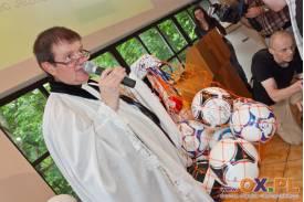 Ks. Jan Byrt rozdawał piłki