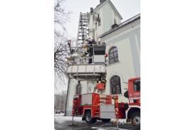 Akcja usuwania śniegu z dachu kościoła w Skoczowie