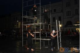 Spektakl Babel na płycie rynku