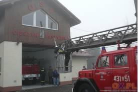 OSP Pastwiska - montaż kuli z emblematem strażackim
