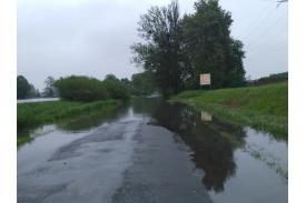 Zalana droga powiatowa Drogomyśl - Pruchna. Fot: Bartek