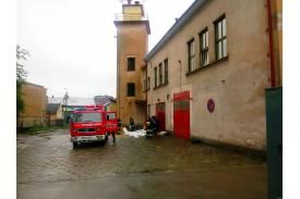 Załadunek worków z piaskiem w OSP w centrum Skoczowa / fot. KR/ox.plOSP w centrum Skoczowa / fot. KR/ox.pl