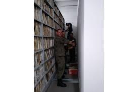 Pomoc przy przenoszeniu archiwum Wydziału Komunikacji Starostwa Powiatowego / fot. 133blp