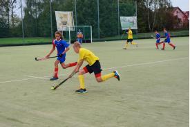 Niebieski zawodnik próbujący odebrać piłkę przeciwnej żółtej drużynie