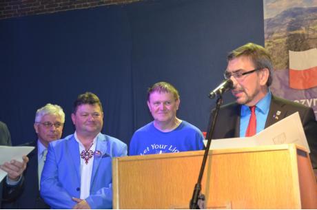 Ks. Jan Byrt (drugi od prawej), podczas odbierania odznaczenia. Fot: mat.pras.