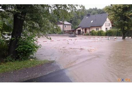 Przez centrum Hażlacha, w okolicach ośrodka kultury wczoraj płynęła rzeka. Fot. Grzegorz Sikorski