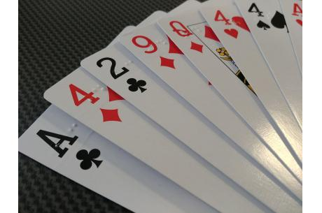 na zdjęciu karty do gry z oznaczeniami brajlowskimi fot.: ES/OX.PL