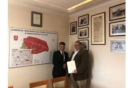 Podpisy pod aktem notarialnym w jasienickim magistracie zostały złożone przez Krzysztofa Kadysa, dyrektora firmy Rawibox S.A. i Janusza Pierzynę wójta gminy. Fot: UG Jasienica