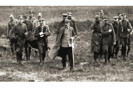 Piłsudski ze sztabem, wiosna 1920 - źródło:  Centralne Archiwum Wojskowe / Wikipedia