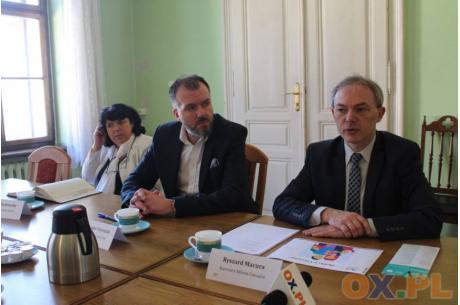 Ryszard Macura (pierwszy z prawej) Fot: arc.ox.pl