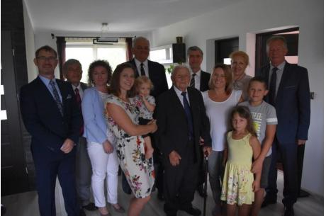 Solenizant z rodziną, przedstawicielami samorządu i ZUS, fot. Tomasz Lenkiewicz
