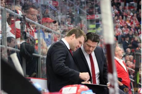 Na zdjęciu Vaclav Varada (trener HC Ocelari Trinec) oraz jego asystent, Marek Zadina, fot. Andrzej Poncza