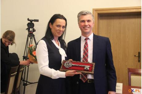 Ustępujący Wójt Krzysztof Glajcar przekazał na ręce Sylwii Cieślar symboliczny klucz do Urzędu Gminy / fot. Marta Szymik