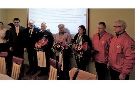 Od lewej: Rajmund Dedio, Mirosław Sitko, Rafał Pszczółka, Dariusz Waliczek, Krystyna Pilch, Eugeniusz Hyski i Ireneusz Kolon / fot. KR - ox.pl