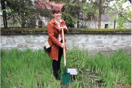 Gabriela Staszkiewicz zasadziła magnolię Olgi Havlovej / fot. MSZ