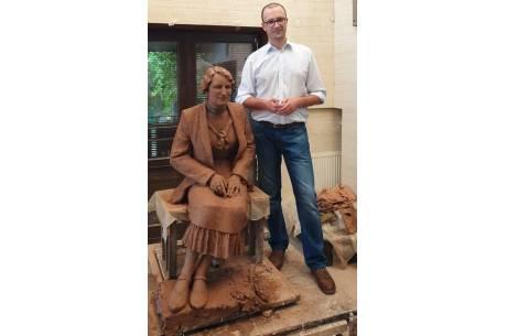na zdjęciu Grzegorz Sikorski przy pomniku, który już wkrótce ma znaleźć się w Kończycach Wielkich. Zdjęcie pochodzi z profilu Wójta Gminy Hażlach.