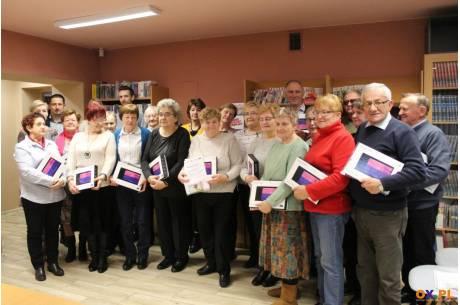 Seniorzy otrzymali tablety / fot. MSZ