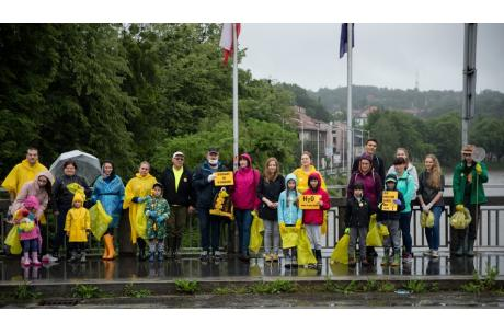 """""""Zróbmy tę robotę"""" – pod takim hasłem w sobotę 20 czerwca, odbyła się spontaniczna akcja sprzątania zielonych terenów Cieszyna / fot. H. Sokólska"""