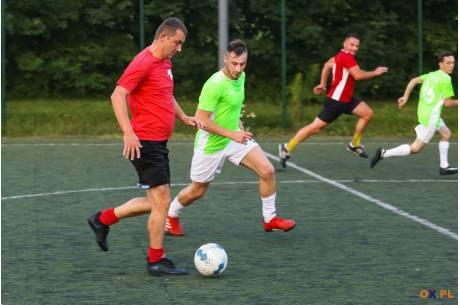 Ze zwycięstwa radowali się m.in. zawodnicy FC Międzyświeć (w czerwonych koszulkach)