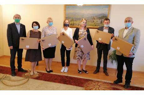 Dyrektorzy szkół podczas przekazania laptoów przez zastępcę Wójta. Fot. UG Istebna