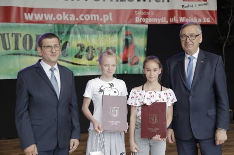 Martynka Sajdok i Zuzia Żydek zdobyły stypendium wójta. fot UG Chybie