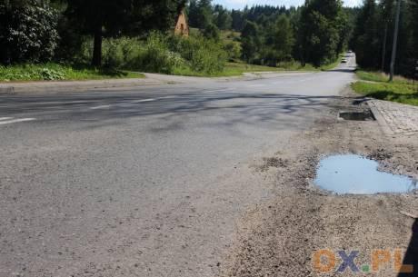 Janusz Juroszek zwraca uwagę na fatalny stan dróg w Gminie Istebna/ fot. MSZ