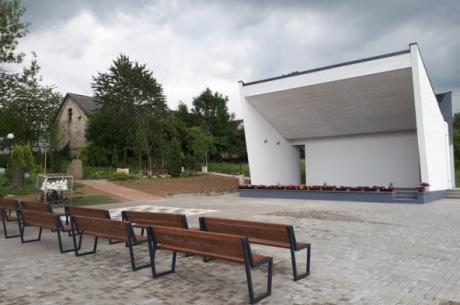Oddana niedawno do użytku w zamarskim Parku Rekreacyjno-Sportowym zadaszona scena czeka na pierwszych amatorów kina plenerowego . Fot: mat.pras.