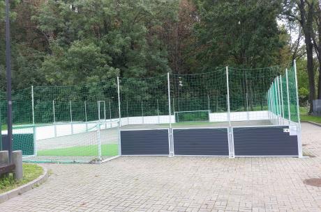 Boisko mieści się przy Hali Widowisko-Sportowej im. Cieszyńskich Olimpijczyków
