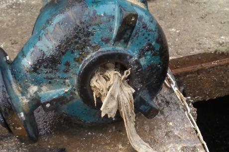 Pompa z oczyszczalni w Pogwizdowie zatkana zwojem chustek  Fot: UG Hażlach