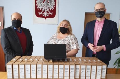 fot. Gmina Hażlach/ laptopy w Urzędzie Gminy