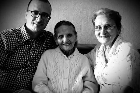 Zdjęcie z 2019 roku, od lewej: Grzegorz Sikorski, ś.p. Ema Tomaszko i jej córka