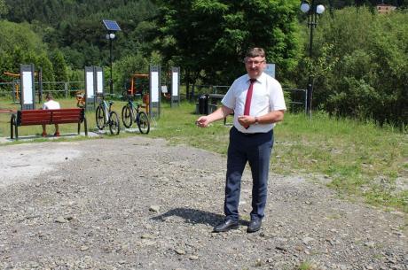 Wójt gminy Brenna Jerzy Pilch w miejscu, w którym ma powstać tężnia solankowa. Źródło: facebook.com/pilch.jerzy