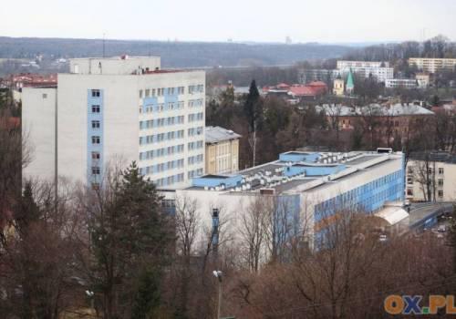Trwa budowa lądowiska na dachu cieszyńskiego szpitala / fot. arc.ox.pl