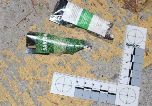 Jedno ze znalezionych przez policję opakowań z syntetycznymi kannabinoidami. Fot. Policja RC