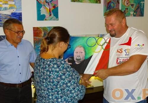 Janusz Rokicki został namalowany przez Czesławę Gaj-Chucher / fot. MSZ