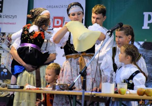 Pokaz pieczenia strudla z udziałem rodziny Riessów i kapeli Torka / fot. SK