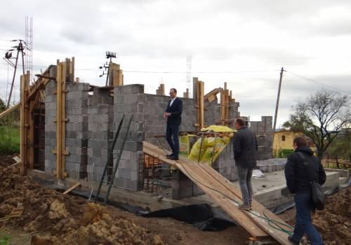 Budowa sceny w zamarskim parku w ramachmikroprojektu / fot. GK