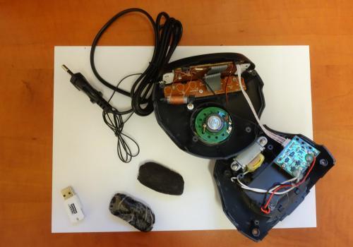 Niedozwolone rzeczy ukryte były w radiobudziku. Fot: por. Tomasz Głasek