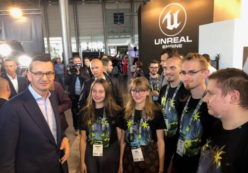 Premier Mateusz Morawiecki z zespołem Punk Notion sp. z o.o. i Cubeish Games sp. z o.o. podczas Poznań Game Arena 2018.  Fot. ARP Games