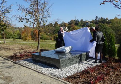 Uroczyste odsłonięcie Grobu Dzieci Utraconych