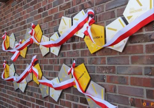 """Pamiątkowe tablice """"Cieszyńskich Olimpijczyków"""" na budynku Hali Widowiskowo-Sportowej w Cieszynie / fot. MSZ"""