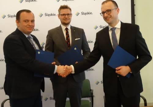Grzegorz Sikorski podczas uroczystego podpisania umowy/ zdjęcie z profilu w mediach społecznościowych