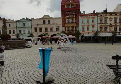cieszyński rynek z tymczasowymi śmietnikami/ fot. BŚ