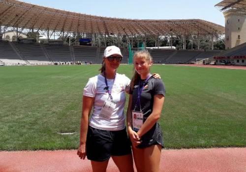 Maja Chamot z trenerką Magdaleną Kubalą na stadionie lekkoatletycznym w Baku/ zdjęcie ze strony UG Hazlach