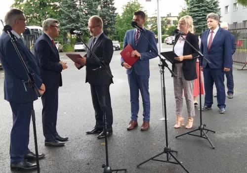 Dokument odebrał Mieczysław Szczurek, starosta cieszyński. Fot: Anszaf