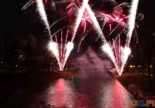 Tak wyglądał noworoczny pokaz sztucznych ogni w Cieszynie 1 stycznia 2019 roku. Rok 2020 miasto ma przywitać w inny sposób / fot. arc.ox.pl