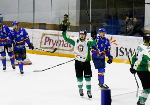 Kamil Wałęga (w białym) raduje się z bramki jastrzębian, fot. Grzegorz Borus