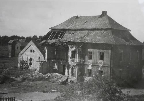 Zbombardowany budynek parafii / źródło: kc-cieszyn.pl