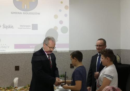 Mieczysław Szczurek odbierający podziękowania podczas otwarcia/ fot. Mat.pras.